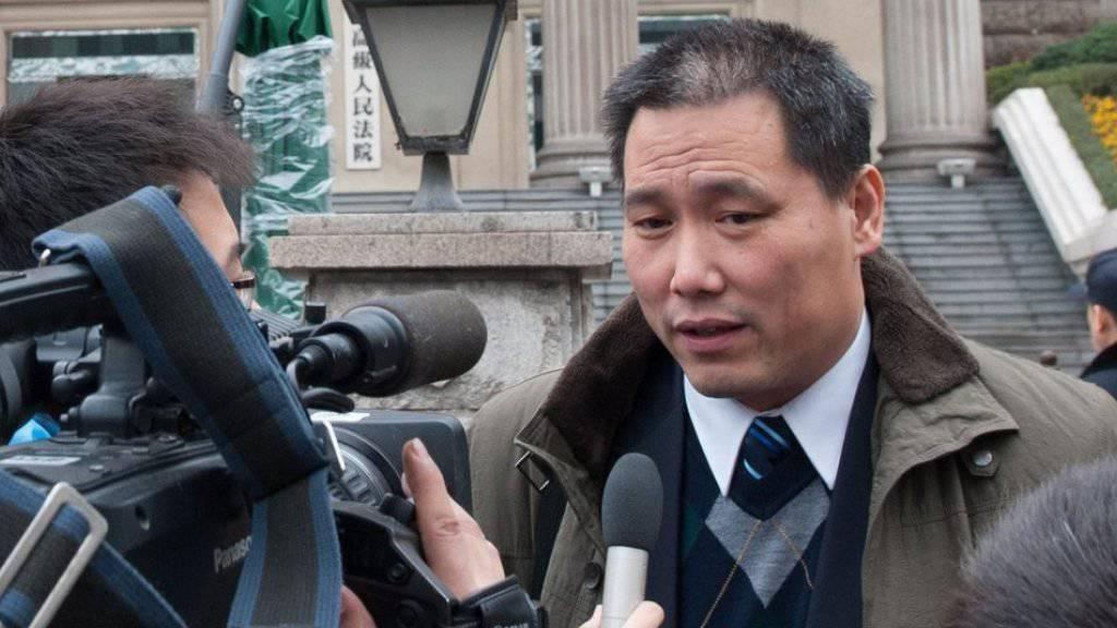 Pu Zhiqiang spricht in einer Aufnahme aus dem Jahr 2012 mit Medienvertretern. Dem Bürgerrechtsanwalt wird in Peking der Prozess wegen kritischer Äusserungen gemacht. (Archivbild)