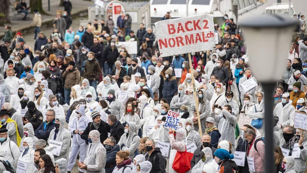 Am 6. Februar fand die erste Kundgebung der Bewegung Stiller Protest auf dem Landsgemeindeplatz in Zug statt.