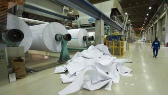 Arbeiter in der Papierproduktionsanlage der Sappi Fine Paper in Biberist.