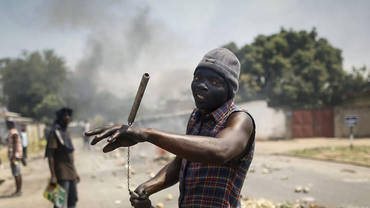 Ein Anti-Regierungs-Aktivist bei einer Demonstration in Burundi im vergangenen Juni. Die Gewalt im ostafrikanischen Land nimmt nicht ab. Der Schweizer UNO-Botschafter hält eine internationale Präsenz im Land für sinnvoll. (Archivbild)
