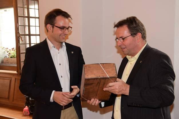 Wahlapéro der FDP im Rathaussaal; Titus Meier (links) nimmt die Glückwünsche von Parteikollege Willi Wengi entgegen.