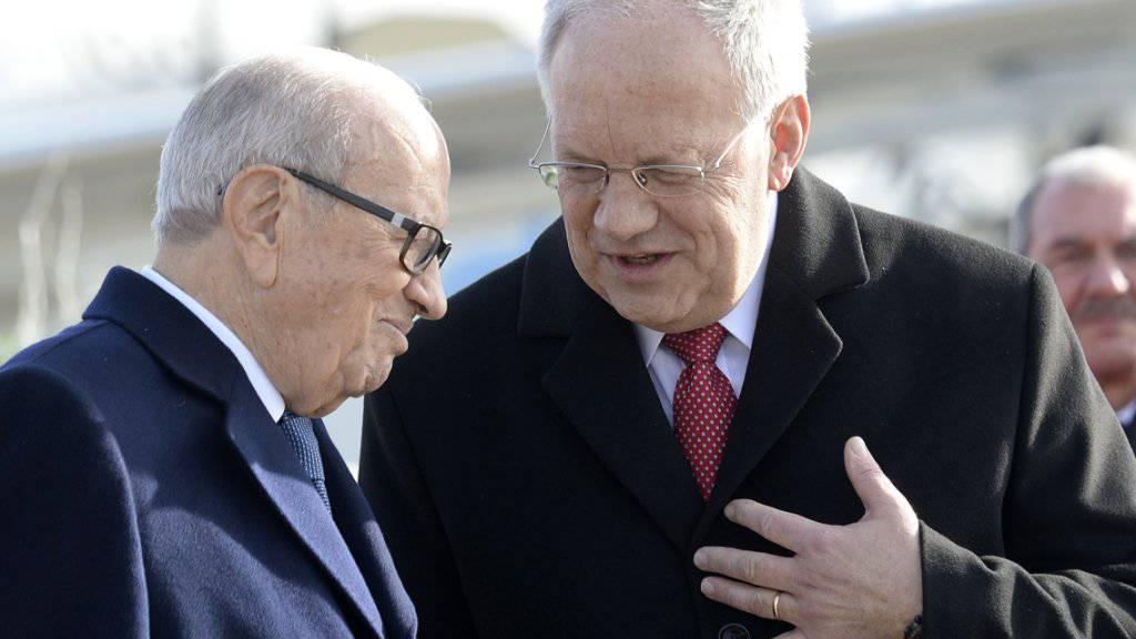 Der tunesische Präsident Caïd Essebsi (links) und der Schweizer Bundespräsident Schneider-Ammann diskutieren nach der Ankunft Caïd Essebsis in Zürich.