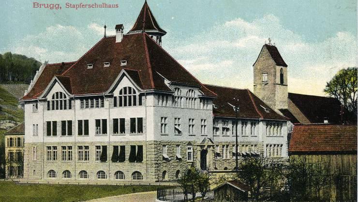 Fixpunkt im Stadtbild: Das Stapferschulhaus in Brugg, hier auf einer historischen Ansichtskarte. ZVG Titus Meier
