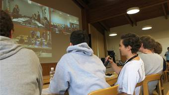 Schüler vom Freien Gymnasium Zürich stellen ihre Fragen zum Thema Wald in der Videokonferenz des Forschungsinstituts für Wald, Schnee und Landschaft.