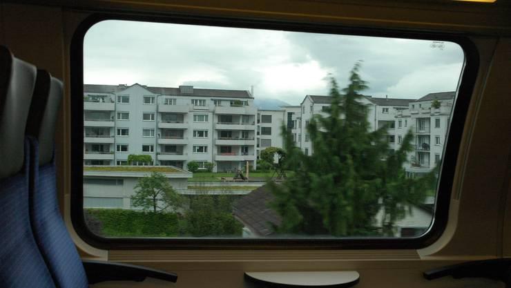 Blick aus der S5 auf den Siedlungsbrei im Zürcher Oberland