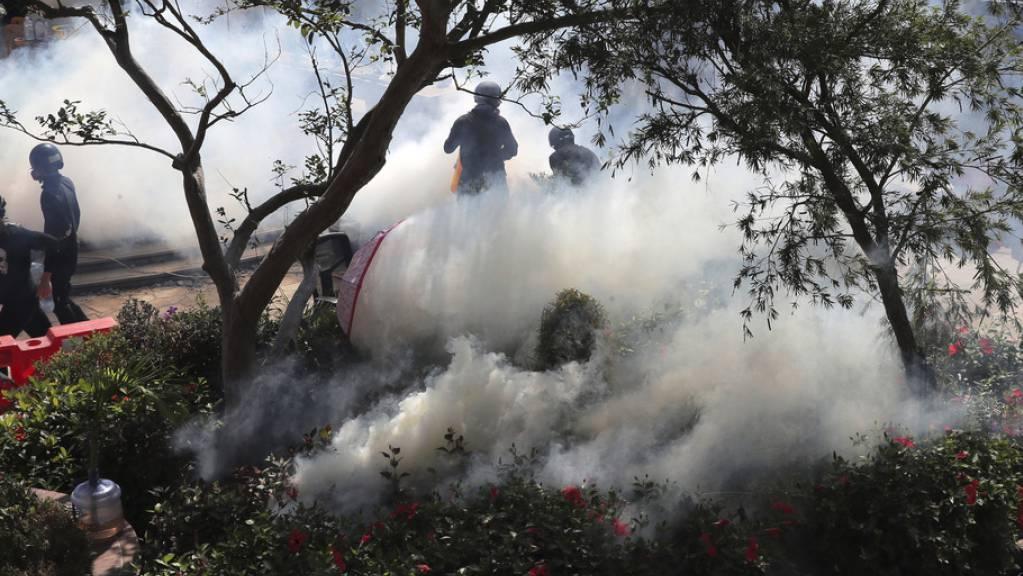 Die Ausschreitungen konzentrierten sich am Sonntag zunächst vor allem auf die Gegend um die Polytechnische Universität Hongkongs, die von Demonstranten besetzt wurde. Die Polizei ging mit Tränengas gegen die Demonstranten vor.