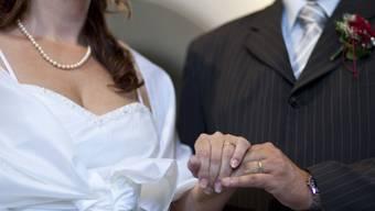 Die Diskussion über die Heiratsstrafe geht nach der Volksabstimmung weiter. National- und Ständerat sind sich nicht einig. (Symbolbild)