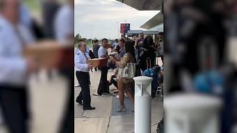Dieser Flugkapitän tut wirklich alles für seine Passagiere: Nach einer Notlandung spendiert er Pizza für alle!