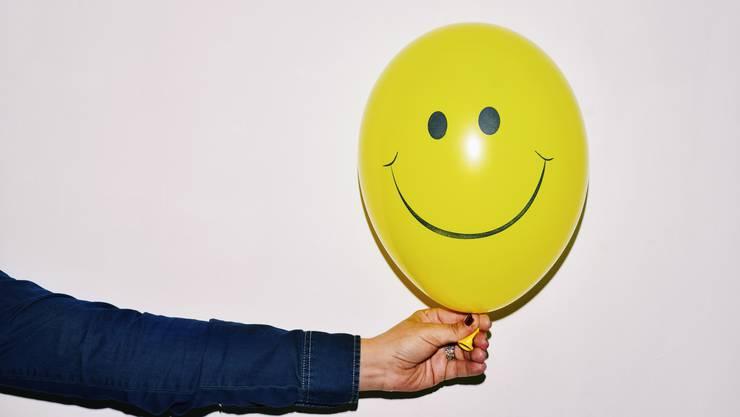 Die positive Wirkung tritt auch ein, wenn die Freundlichkeit nicht authentisch ist, sondern nur gespielt wird.