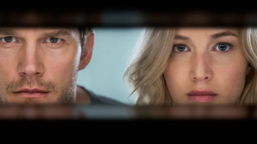Jim (Chris Pratt) und Aurora (Jennifer Lawrence) in einer Szene des Films «Passengers». Lawrence verdient dabei doppelt so viel wie ihr Partner (Archiv)