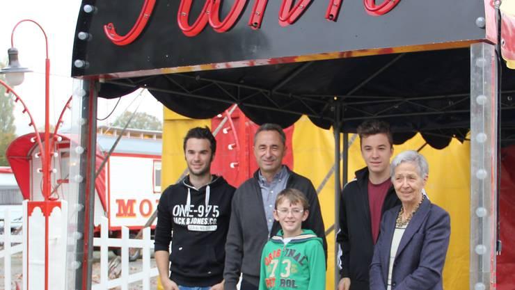 Die Zirkusfamilie Muntwyler (v.l.): Tobias, Vater Johannes, Nicola, Mario und Grossmutter Hildegard. lis