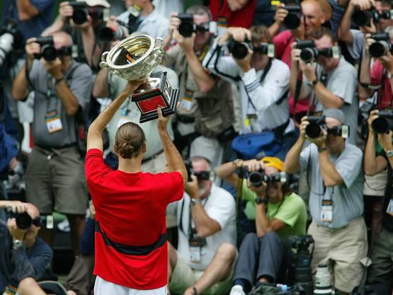 Australian Open 2004: Federer s. Safin 7:6 (7:3), 6:4, 6:2 Mit dem Halbfinal-Sieg gegen Ferrero löst Federer diesen als Weltranglistenersten ab. Mit Hewitt und Safin besiegt er auf dem Weg zum ersten Melbourne-Triumph zwei ehemalige Spitzenreiter. «Das ist der Riesensprung in meiner Karriere. Selbst im Finale blieb ich ruhig. Seit einem Jahr habe ich das Gefühl, dass ich grosse Turniere gewinnen kann», sagt Federer. «Höher geht es nicht. Jetzt ist es wichtig, da zu bleiben.»