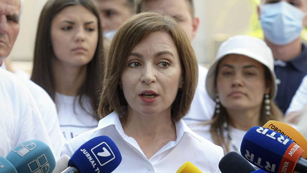 Maia Sandu, Präsidentin von Moldau, spricht mit Journalisten, nachdem sie ihre Stimme bei der Parlamentswahl abgegeben hat. Foto: Aurel Obreja/AP/dpa