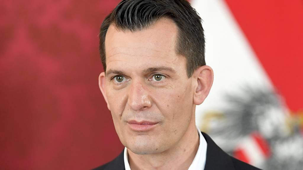 ARCHIV - Gesundheitsminister Wolfgang Mückstein (Grüne)  kündigte am Montag im Parlament an, dass eine Erstimpfung in Österreich schon bald als Eintrittskarte für Restaurants, Veranstaltungen und Hotels gelten soll. Foto: Roland Schlager/APA/dpa