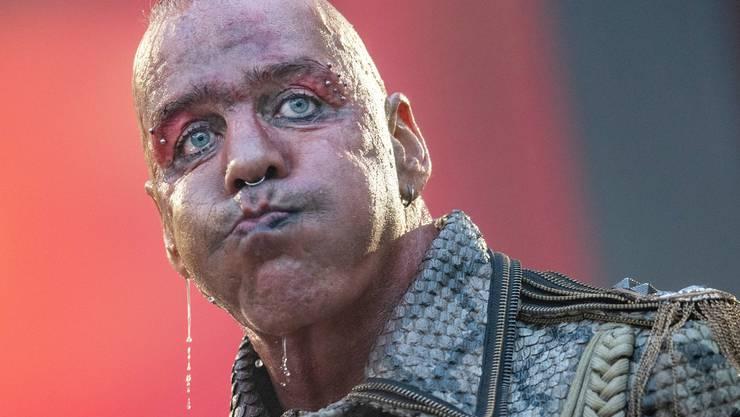 Der Frontsänger der deutschen Rockband Rammstein an einem Konzert in Deutschland. Die Band setzt im Kampf gegen den Tickethändler auf personalisierte Tickets.