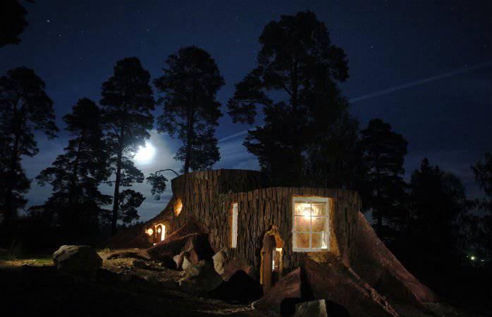Könnte auch in einem Film sein: Baumstumpfhäuser in Schweden (Bild: norrqvarn.se).