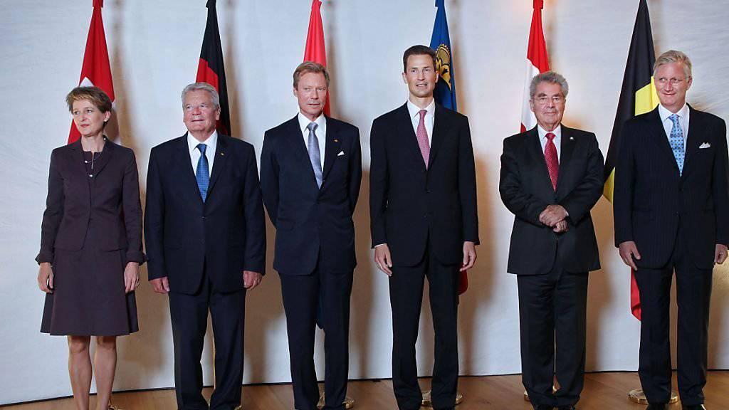 Simonetta Sommaruga, Bundespräsident Joachim Gauck, der Grossherzog Henri von Luxemburg, Erbprinz Alois, Bundespräsident Heinz Fischer und König Philippe von Belgien (v.l.n.r.)