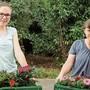 Raphaela Erne (l.) und Michelle Burkart gehörten zu den rund 60 Freiwilligen, die Blumen verteilten.