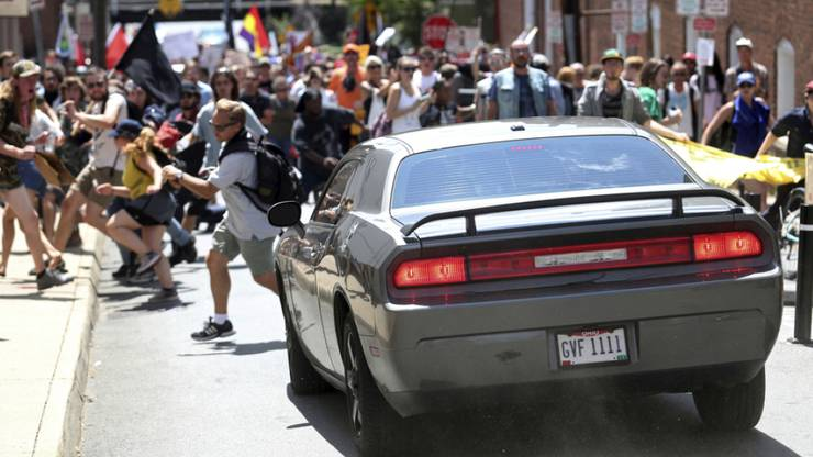 Ein Auto ist in eine Gruppe von Menschen gerast, die gegen einen Aufmarsch von Rechtsextremen demonstriert haben.