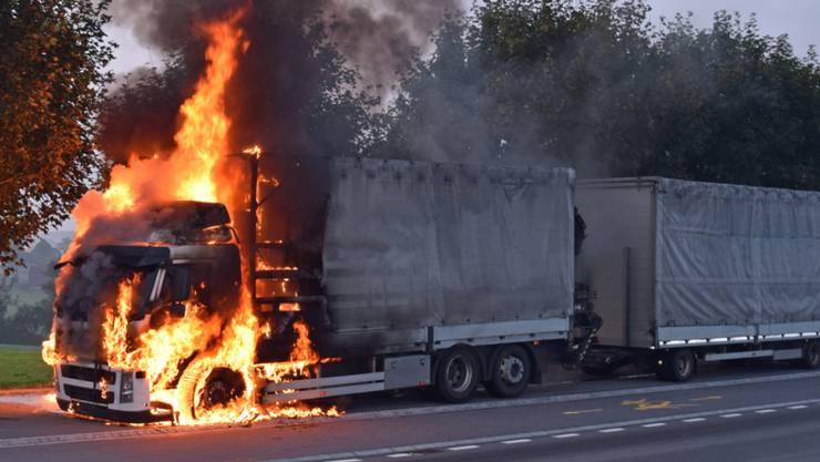Der Lastwagen brannte in Sempach lichterloh, verletzt wurde aber niemand.