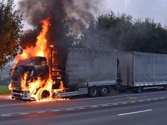 Ein Lastwagen mit Anhänger ist auf dem Weg von Sempach nach Hildisrieden in Brand geraten. Verletzt wurde niemand, die Feuerwehr konnte das Feuer rasch löschen.
