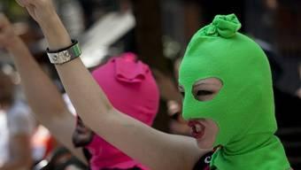 Aktivisten mit den charakteristischen Pussy-Riot-Masken protestieren in London