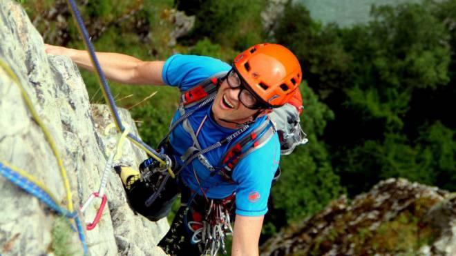 Rolf Schmid bezwingt den 170 Meter hohen Fels.  Foto: Andrea Weibel