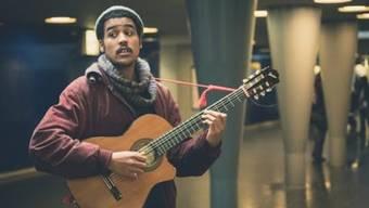 Die Diskussion um Strassenmusik in der Innenstadt kam auf, nachdem der Strassenmusiker Frank Powers (Bild) aus der SBB-Unterführung weggewiesen wurde, weil Musizieren dort verboten ist.