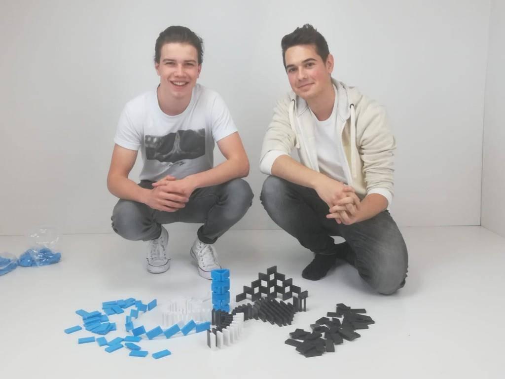 Jonas (li) und Daniel bauen seit zwölf Jahren Dominosteine auf. (© FM1Today / Krisztina Scherrer)