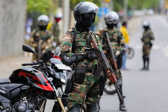 Die Armee von Sri Lanka steht Ende April 2020 bei einem Kontrollpunkt Wache, nachdem Tausende Soldaten der Marine in Quarantäne mussten.