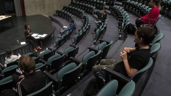 So sahen die ersten Stunden einer Mittelschulklasse nach dem Lockdown in Stabio TI aus. Der Klassenraum wurde kurzerhand in der Aula eingerichtet.