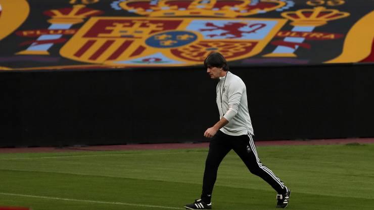 Joachim Löw verlässt das Stadion nach der 0:6-Niederlage gegen Spanien.