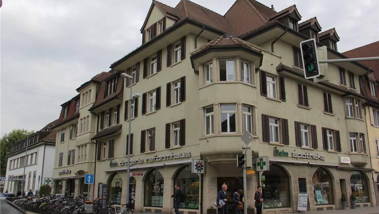 Neuerdings vermittelt der Verein auch Zimmer über der Apotheke Kuhn an Studenten. cm