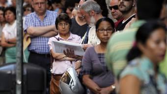Menschen ohne Erwerbsarbeit stehen Schlange: Nur die wenigsten Arbeitslosen weltweit sind versichert (Symbolbild)