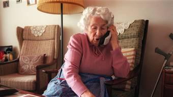 Rentnerinnen und Rentner sind beliebte Opfer von Betrügern. (Symbolbild/Keystone)
