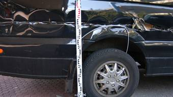 In der Kiesstrasse in Allschwil BL wurde ein abgestellter Lieferwagen stark beschädigt. Die rechte Fahrzeugseite des schwarzen Lieferwagens wurde über die gesamte Fahrzeuglänge aufgeschlitzt.
