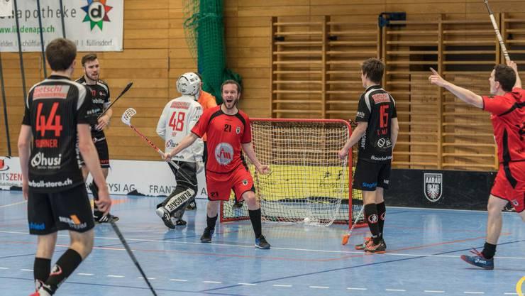 Erster Treffer in der 1. Liga: Quenton Gaberthuel (Bildmitte) bejubelt sein Tor zum zwischenzeitlichen Ausgleich zum 3:3 (Foto Jürg Sollberger).