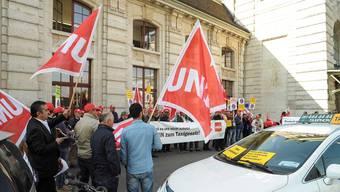 Die Gewerkschaft Unia, die seit Monaten eine Kampagne gegen den «Dumping-Fahrdienst» Uber führt, unterstellt der FDP, mit der vordergründigen Unterstützung des Taxigewerbes eine eigene Agenda zu verfolgen. (Archivbild)