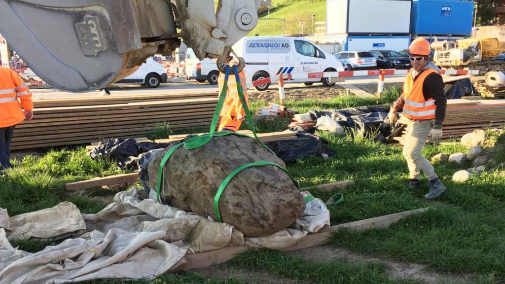 Der Abtransport des zwei bis drei Tonnen schweren Felsblocks zur näheren Untersuchung.