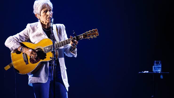 Joan Baez und ihre Gitarre. (KEYSTONE/Valentin Flauraud)