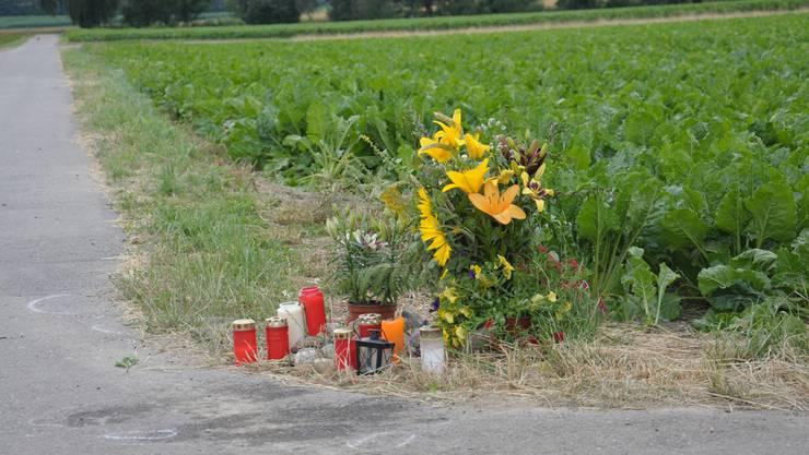 Kerzen brennen am Unfallort als stille Zeichen der Anteilnahme.