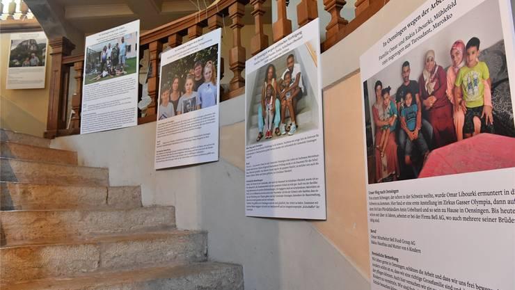 Im Eingangsbereich von Schloss Neu-Bechburg sind die Foto- und Lesetafeln zu finden, auf denen Oensinger Auskunft darüber geben, weshalb sie hier leben.