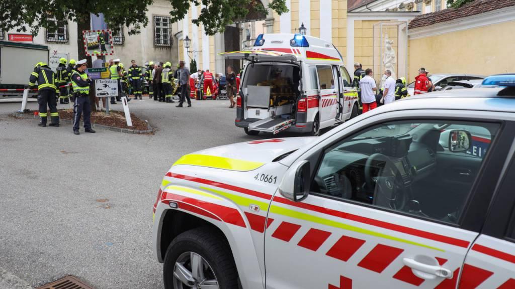 87-Jähriger fährt in Marktstand: 13 Verletzte