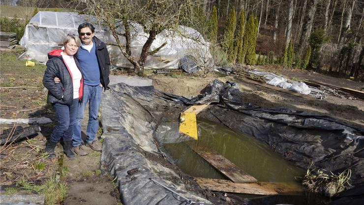 Im Garten von Karin und Max Bolliger muss alles umgekrempelt werden. Die Folientunnels werden abgebaut und der Teich muss verkleinert und wieder an den alten Platz verlegt werden.