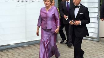 Zu festlichen Gelegenheiten trägt sie am liebsten Taft: Bundeskanzlerin Angela Merkel mit ihrem Ehemann Joachim Sauer am Montag bei den Festspielen in Bayreuth.