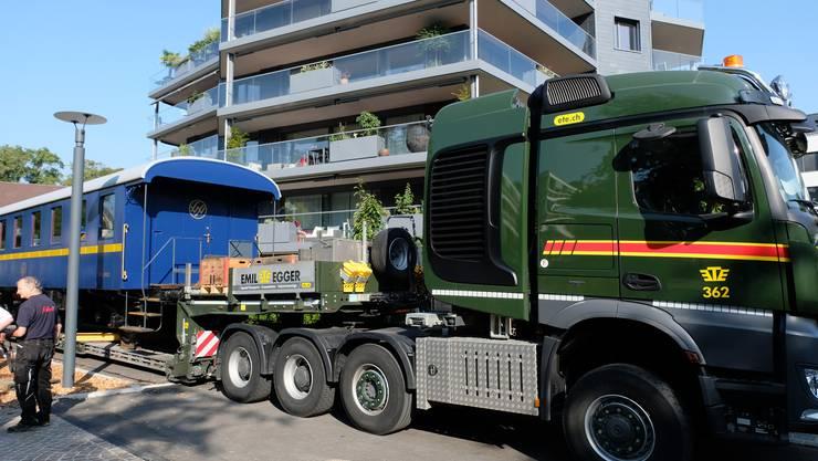 Der Schwertransporter hat den Wagi-Speisewagen WR.8952 an der Brunngasse aufgeladen.