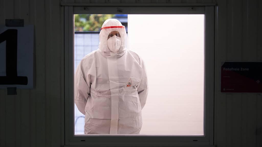 Ein Helfer der Johanniter wartet im Corona-Testzentrum am Flughafen Hannover auf den nächsten Patienten.