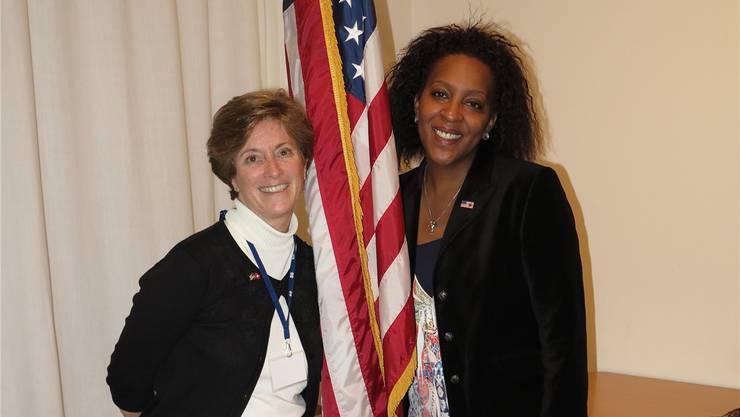 Gretchen DuPeza wählt normalerweise republikanisch, René Rousseau demokratisch – im American Women's Club sind sie vereint.