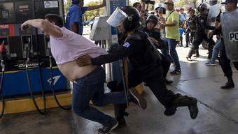 Polizeikräfte in Managua gehen bei Anti-Regierungsprotesten gegen einen Fotojournalisten der Nachrichtenagentur AFP vor.