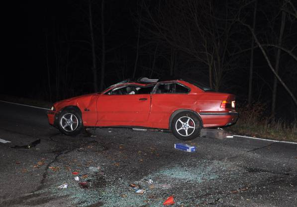 Der Lenker verlor aus derzeit noch unbekannten Gründen die Kontrolle über sein Fahrzeug, prallte gegen einen Felsen, überschlug sich danach mehrmals und kollidierte mit einem entgegenkommenden Auto.